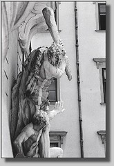 Wohsda schwoaze Fiaka darzht: (Walter A. Aue) Tags: derschwarzefiaker midanschwoaznfiaka walteraaue schwarzweiss haiku wienerhaikerl weanahaikal blackandwhite touristenphotos touristphotos wien wean vienne vienna oesterreich austria autriche viennese dialect wienerdialekt fiakerdialekt 2003 copyrightwalteraaue20032016 scan analogphotographs hofburg imperialpalace centralvienna firstdistrict imperialresidence
