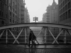 wandrahmfleetbrcke // hamburg, germany (pamela ross) Tags: street bridge people bw mist water pen river germany walking mood hamburg perspective streetphotography olympus brcke speicherstadt elbe ep1