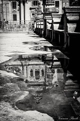 Riflesso (veronicaraciti) Tags: veronicaracitiphoto biancoenero street sicilia taormina ragusa riflesso