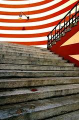 Seguendo la freccia (meghimeg) Tags: 2012 genova scala stairs escalera strisce righe stripes rosso red rot encarnado scalini steps lampione lamp ombra shadow sole sun