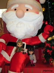 Mia and Zoë meet Santa