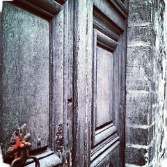 panneaux en bois faisant reposer, sur leur face externe, leur heurtoir en fer forgé comme une veine cave prête à se brancher sur le système porte des visiteurs (surtout ceux dotés d'un coeur et d'un système suggestif en face interne) (lewshima) Tags: coeur porte senlis espritdesystème