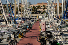 VELERS I BICICLETES (Andreu Anguera) Tags: barcelona catalunya bicicletas veleros portolimpic bicicletes marmediterraneo marmediterrani andreuanguera velers