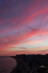 Com se'n va la tarda (Albert T M) Tags: sunset atardecer cloudy playa catalonia pôrdosol catalunya ocaso costabrava coucherdesoleil blanes postadesol catalogne horabaixa