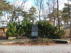 Small monument (SebastianBerlin) Tags: berlin monument germany mahnmal treptow denkmal nationalsozialismus opfer  ehrenmal materna bohnsdorf 2013  hermanndavid judithauer dahmestrase zurgartenstadt karlmaterna paulwegmann gerhardfliehs alfredgrnberg wernercommichau
