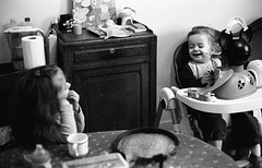 Happy sisters (Amelien (Fr)) Tags: 147 11 2016 400 400tx 50f11 50mm amk analog argentique believeinfilm capturedonrealfilm dilutione epson film hc110 kodak leica mp msoptical pellicule sonnetar trix blackandwhite bw filmisnotdead homescanned monochrome nb noiretblanc rangefinder telemetrique v550