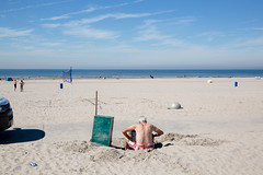 (Peter de Krom) Tags: badgasten defect heet hitte hoekvanholland hvh kust man nederland onderhoud reperatie strand strandhuisjes strandleven vakantie warm warmstedag warmte zee zomer beach trouble holiday summer fixing repair broken questions troubled repairing dontknow