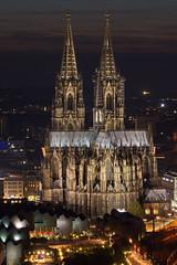 Die große Kirche (uwe1904) Tags: architektur citylights deutschland lichter nachtaufnahmen pentaxk3 photokina stadtlandschaft blauestunde köln kirche kölnerdom nrw d