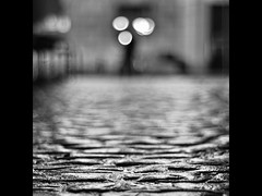 Slippery Cobbles (PhotoJunket) Tags: cambridge bw wet night dof bokeh cobbles marketsquare hmbt