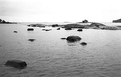 Image 227 (Timo Alatalkkari) Tags: leica m3 voigtlander 21mm kodak trix ilford id11 finland sea wetrocks