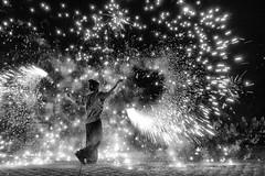spectacle de rue (natacha.mateus) Tags: spectacledefeu bolas feu fire street rue night light lumire nuit feudartifice landes capbreton france canon poselente