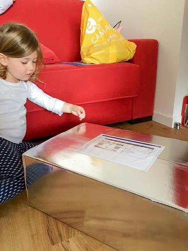 Hija de Guylaine recibiendo el paquete, Rosny-sous-Bois-Francia