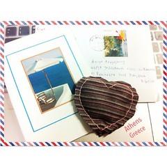 """""""หัวใจ"""" นี้มาจาก """"กรีซ""""  ส่งมาพร้อมกับการ์ดอวยพรคริสต์มาสและปีใหม่ ฉบับแรกของปี ทำจากมือ ข้างในเป็นดอกลาเวนเดอร์.. จากสวนหน้าบ้านของเพื่อน ยังหอมมากอยู่เลย แม้จะเดินทางข้ามน้ำข้ามทะเลมาไกลจนถึงไทย ขอบคุณ ✈ #ไม่ว่าโลกจะเปลี่ยนไปแค่ไหน #จะมีเทคโนโลยีอะไรเข้"""