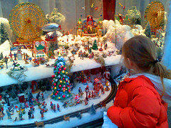 2012-11-20 Grove Xmas with girl IMG437 (Lanterna) Tags: christmas city nyc decorations holiday girl wonder child display westvillage cellphone shopwindow windowdisplay lgthrive