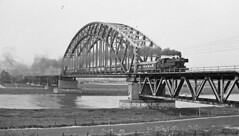 SSN 65 018 Nederrijn brug Arnhem (peter.velthoen) Tags: blackandwhite monochrome brug bridge boogbrug architecture nederrijn arnhem weilanden neg21471 drielsedijk 30april1985 koninginnedag