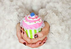 21-24-2012. Christmas cupcake (Isabel Pava) Tags: christmas winter woman white hands advent calendar cupcake getty gettyimages gettyimagesiberiaq3 micalendariodeadviento gettyimagesiberiaq12012