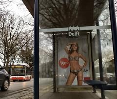waar zouden we zijn zonder de bus (Gerard Stolk (vers le Carme)) Tags: delft bikini halte hema insulindeweg kersttijd