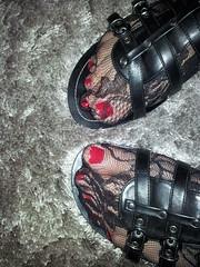 2013-01-01 12.35.27 (sandalettes) Tags: exhibition chienne pied bas chaussures humiliation vernis sandales ftichisme sandalettes