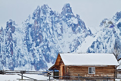 Mountain Cabin (Daryl L. Hunter - The Hole Picture) Tags: winter usa snow unitedstates idaho winterlandscape mountaincabin mountainliving sawtoothrange telephotolandscape sawtoothnationalforest sawtoothnationalrecreationarea stanleyidaho hugepeaks