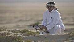 المنسق العام للبطولة اثناء اطلاق الصيد فالمحميه (القلايــل) Tags: الامارات الكويت البحرين عمان المقناص قطر السعودية طيور شاهين حر فرخ قنص قرناس القلايل