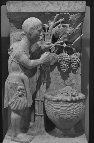 """""""Septembre"""", ancien portail des mois (XIIIe), Musée épiscopal, via San Romano, Ferrare, Emilie-Romagne, Italie."""