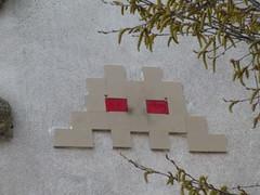 PA 0384 ractiv / Space Invader (2016) (Archi & Philou) Tags: spaceinvader pixelart streetart paris11 carreau tiles mosaque mosaic catadioptre ractivation