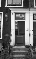 100 ins and outs (Arne Kuilman) Tags: akarette xenon 50mm lens ilford xp2 nederland netherlands handheld c41 deur door entrance open opendeur schneiderkreuznach xenon50mmf2
