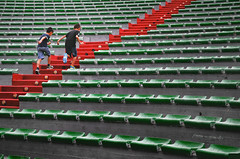 di corsa (pamo67) Tags: pamo67 quickly running scale scalinata flightofsteps stairs su up 2 due two cavea amphitheater anfiteatro sedili seats verde green rosso red cemento cement linee lines curve curves bambini childs estate summer pasqualemozzillo postiasedere seatingcapacity salita climb