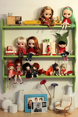 The little green shelf (*blythe-berlin*) Tags: ikea vintage miniature chair 60s bjd blythe clone stuhl dollhouse miniatur 60er dollhousefurniture pong whitevases icydoll puppenstubenmbel secretdollperson weisevasen littlegreenshelf kleinesgrnesregal