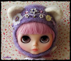 "New ""Kitty Helmet"". Tomorrow at 22:00 pm, Spanish time. (Leshan1) Tags: hat doll crochet helmet blythe leshan kittyhelmet rbl feltedhat dollcrochet blythecrochet leshancrochet"