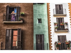 Detalle de la Plaza Mayor (Graus) (pietroalge) Tags: old espaa woman house mujer spain aragon balcon buiding graus