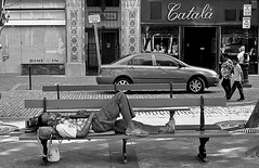 Catalá (Samy Collazo) Tags: chile street sleeping blackandwhite españa usa white france peru argentina japan brasil bench thailand uruguay ecuador colombia kodak venezuela negro streetphotography banco cobblestones sanjuan paraguay panama fotografia dormir francia kodaktmax400 republicadominicana adoquines rusia kodakfilm streetphotographer fotocallejera fotografiaurbana streetcapture kodakd76 streephotography blackwhitephotos fotografiacallejera fotourbana samycollazo
