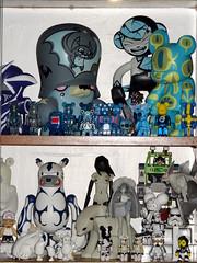 Display bleu et blanc. Aout 2016. (AGUILA81) Tags: toys arttoy jouet figurine artoyz medicom qee bearbrick berbrick collection collectible color couleur