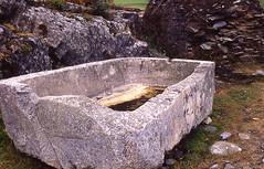 Pila funeraria 57 (Rafael Jimnez) Tags: espaa archaeology spain asturias castro slides 1985 celta diapositivas arqueologa coaa galos celtas castrocelta aboutiberia