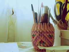 (the clouds around your soul) Tags: pink luz luces origami violet rosa colores vida papel formas escritorio pincel violeta picos cotidianidad papeles vivos lapices coloridos regla portalpices tijera triangulos luminosidad tiles lapiceras birome fibrones coloresfuertes vvido luzdedia portalpicesdepapel