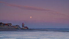 Redcar's vertical pier before sunrise. (paul downing) Tags: winter moon sunrise nikon soft filters hitech redcar 0609 gnd coastaluk pd1001 d7000 pauldowning verticalpier pauldowningphotography