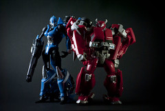 Arcee & Cliffjumper (tbrreal) Tags: lighting blue red azul toy toys diy nikon brinquedo play vermelho transformers poses lightbox autobot brinquedos cybertron arcee cliffjumper diylightbox d3000 cybertronian flickrestrellas transformersprime