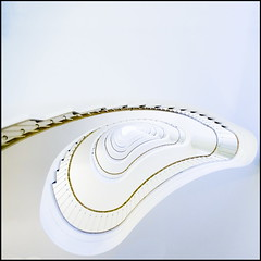 White kidney (Maerten Prins) Tags: white berlin lines stairs germany spiral deutschland soft stair curves line ohr curve kidney spiraal duitsland treppen berlijn upshot oor allianz trappenhuis nier niere tonsurton stairwel