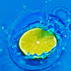 Lime & Blue Water (Fear_Through_The_Eyes) Tags: blue colour macro water close lime splash highspeed
