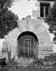 N 108 (J.Gargallo) Tags: puerta masa blancoynegro blackwhite blackandwhite byn bw canon canon450d eos eos450d 450d mosqueruela teruel aragn espaa spain lastruchas canonefs18200