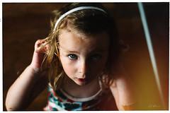 Margot (Jrme Ravin) Tags: portrait couleur color daughter little girl 30d canoneos 50mmf14 leak eyes blue