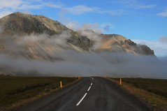 Esto si son nubes bajas. (enrique1959 -) Tags: martesdenubes martes nubes nwn islandia carretera montaa