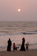 Sunset on the Indian Ocean (Lucie Bienvenue) Tags: family sunset woman india beach muslim indianocean kerala malabar calicut spicetrade kozhikode beachhotel mappilas
