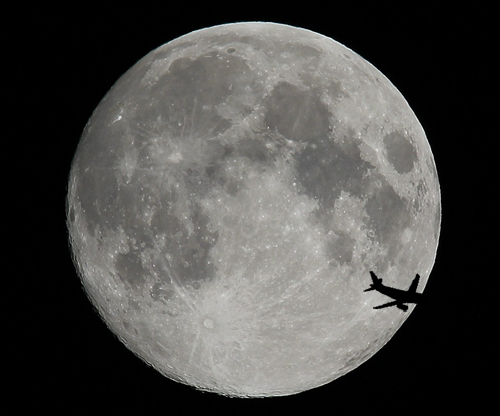 Easyjet A319 passing the moon (Craig Stevens Photography.)