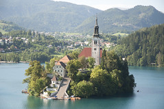 the island in Lake Bled (Pim Stouten) Tags: lake church lago island see meer kirche lac insel slovenia bled kerk eglise eiland le jezero sloveni slovenien blejskojezero