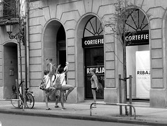 Bendita inocencia (no sabemos cmo llamarnos) Tags: streetphotography street strangers blancoynegro blackandwhite noiretblanc nios ballet imitacin