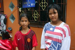 young ladies (the foreign photographer - ) Tags: dscaug72016sony two young ladies flag shirt khlong thanon portraits bangkhen bangkok thailand sony rx100