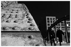 Ungleichgewicht. Imbalance. (HansEckart) Tags: sw street blackandwhite streetfotografie stahltrger human schwarzweis urban monochrome hamburg bw perspektive steel people