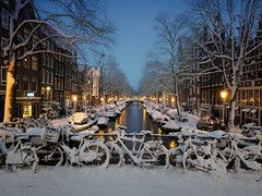 Snow has fallen down in the centre of Amsterdam (Bn) Tags: city bridge snow sinterklaas amsterdam night boats topf50 nightshot letitsnow sled topf100 sneeuwpoppen topf200 sleds gezellig jordaan winterwonderland sneeuwpret sledge tms antonpieck bloemgracht sneeuwvlokken winterscene amsterdambynight 100faves 50faves 200faves kruimeltje winterinamsterdam derdeleliedwarsstraat spiegelglad prachtigamsterdam oudemeester januari2010 dichtesneeuw amsterdamonregeld winterdocumentary amsterdamgeniet koplampenindesneeuw geenwinterbanden amsterdamindesneeuw mooiesneeuwplaatjes vallendesneeuwvlokken sleetjerijdenvanafdebrug stadvastdoorzwaresneeuwval sneeuwvalindejordaan heavysnowfallhitsamsterdam autoopdegrachtenindesneeuw sneeuwindejordaan iceageinamsterdam winterin2010 besneeuwdestad sneeuwindeavond pittoreskewinterplaatje sledingthroughamsterdam metdesleedooramsterdamin2010 sledridinginthejordaan kidsonasled sleetjerijdenindejordaan kinderengenietenvandesneeuw hollandsschilderij wintersfeerplaat winterscenebyantonpieck