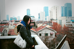 Kinki (HIKARU Pan) Tags: portrait woman rooftop girl standing scarf outdoors photography asia shanghai cloudy handbag youngwoman china1 35l canonef35mmf14lusm 5d2 gettychina13q1